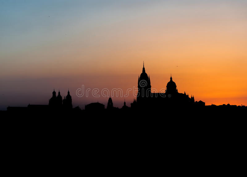 Ciudad panorámica de Salamanca con oro del cielo del color imagen de archivo