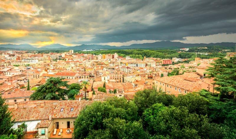 Ciudad pequeña y hermosa vieja de Girona, Cataluña, España imagen de archivo