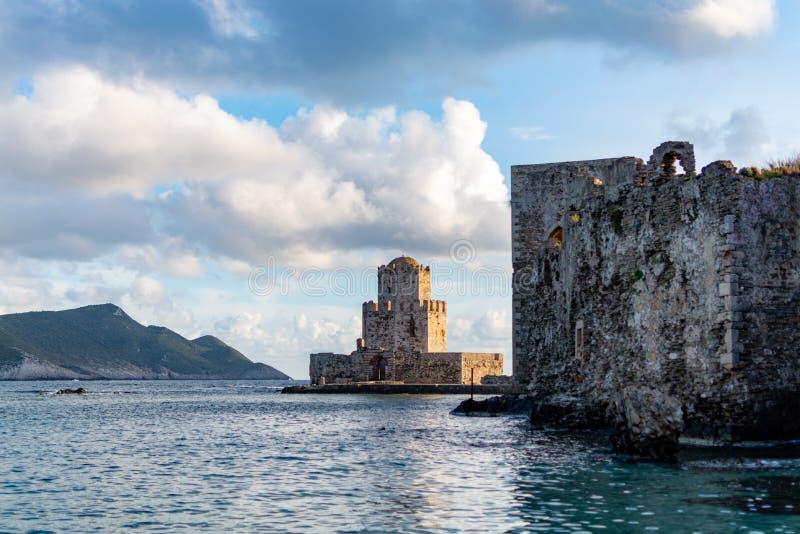 Ciudad pintoresca antigua Methoni en Peloponeso, Grecia con el fuerte viejo y el castillo histórico, destino turístico foto de archivo libre de regalías