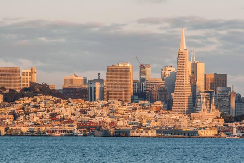 Ciudad por la tarde, San Francisco, CA, los E.E.U.U. de la pirámide y de San Francisco de Transamerica fotos de archivo