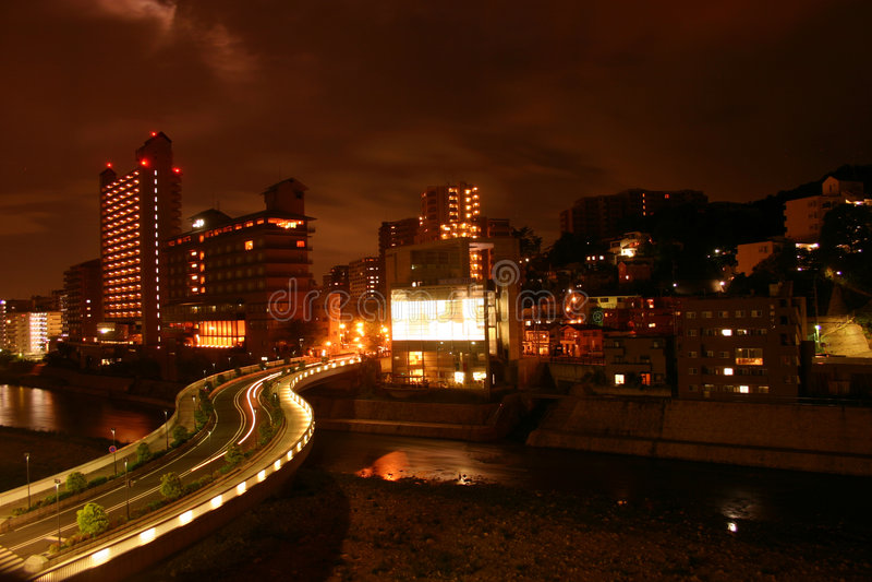 Ciudad por noche imagenes de archivo