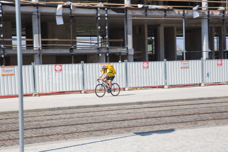 Ciudad Praga, Rep?blica Checa Calle de la ciudad con la foto 2019 del viaje del ciclista 24 abril imagenes de archivo