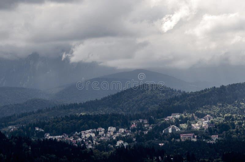 Ciudad Predeal de la montaña, en un bosque enorme, en Rumania imagenes de archivo