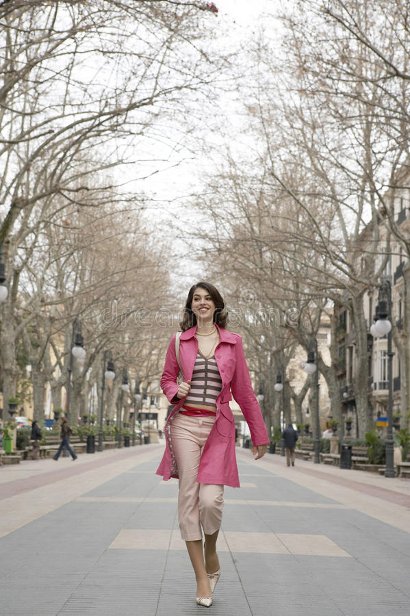 Ciudad que recorre de la mujer joven fotografía de archivo
