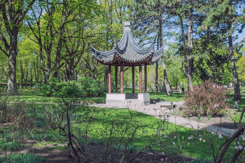 Ciudad rep?blica de Riga, Letonia Parque de la ciudad con el gazebo de China ?rboles y naturaleza 7 de mayo Foto de 2019 viajes imagen de archivo
