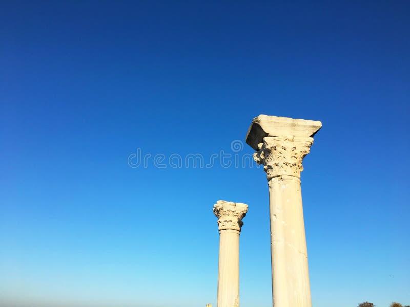 Ciudad romana antigua del tiempo en Crimea Columnas antiguas de la arqueología en fondo del cielo azul foto de archivo