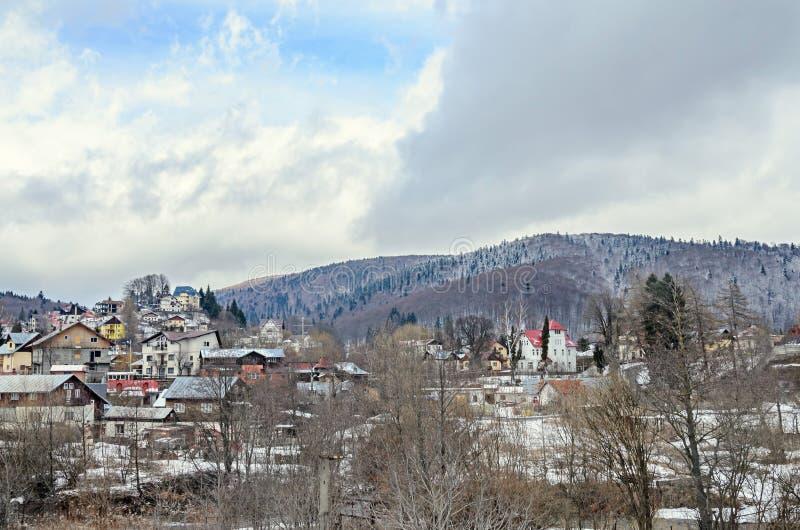 Ciudad rumana de la montaña con las casas coloreadas, hoteles imagen de archivo libre de regalías