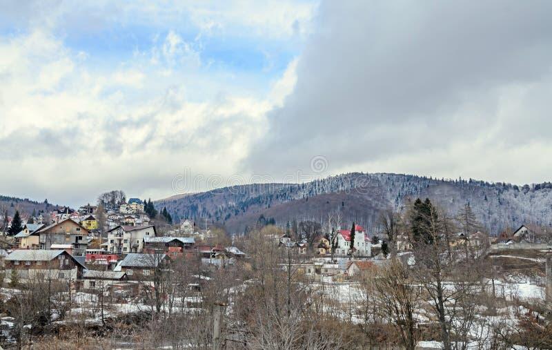 Ciudad rumana de la montaña con las casas coloreadas, hoteles imagenes de archivo