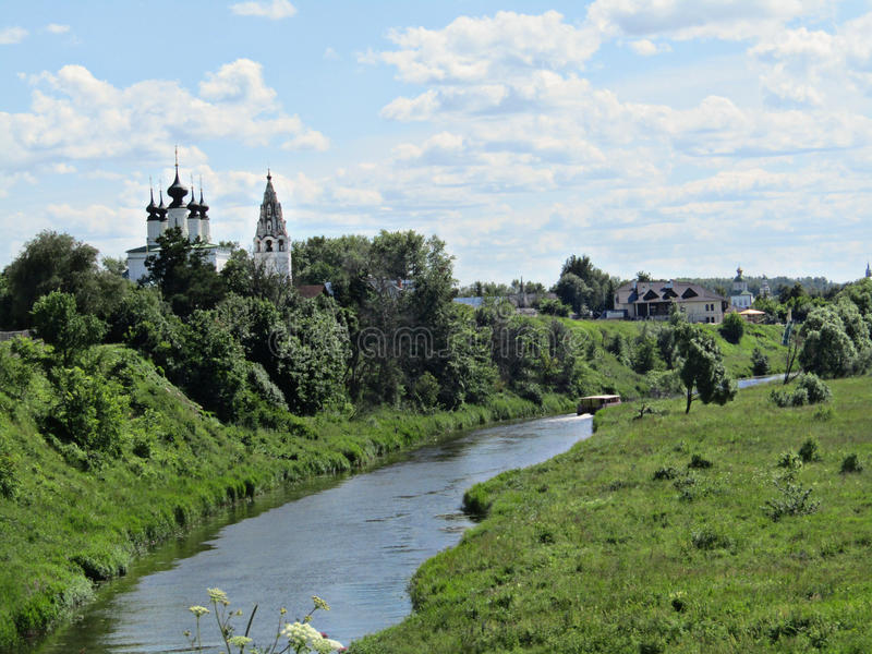 Ciudad rusa en la orilla del río fotos de archivo libres de regalías