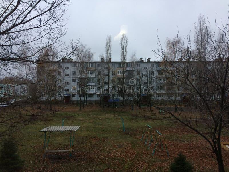 Ciudad rusa provincial Edificios de apartamentos sociales artesonados Otoño en el área rusa el dormir edificio de la cinco-histor foto de archivo libre de regalías