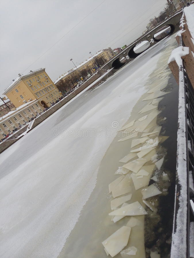 Ciudad septentrional rusa de St Petersburg Invierno sneg llevado, morz la mayoría del terraplén de Fontanka reflexión fotos de archivo