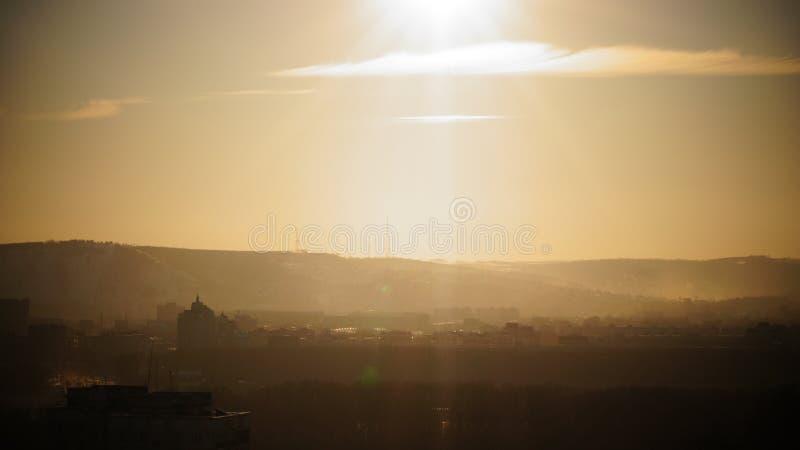 Ciudad siberiana en la puesta del sol fotografía de archivo