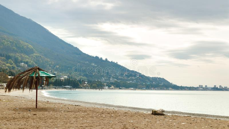 Ciudad situada en la colina cerca del mar imagen de archivo