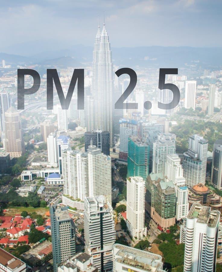 Ciudad smog desde el PM 2. 5 paisajes urbanos con mala contaminación del aire, PM 2. 5 concepto, en Kuala Lumpur, Malasia fotografía de archivo