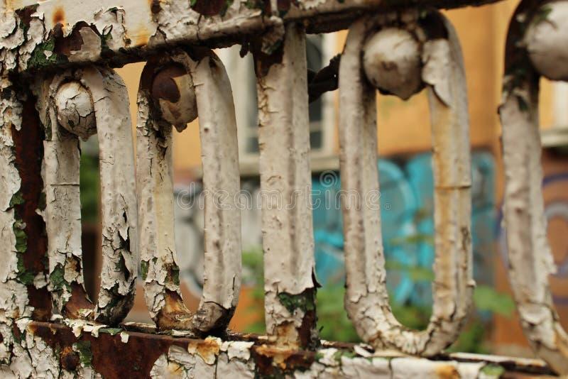 Ciudad Sofia Bulgaria del fondo de Rusty Old Fence Fragment Foreground y de la pared de la pintada imagenes de archivo
