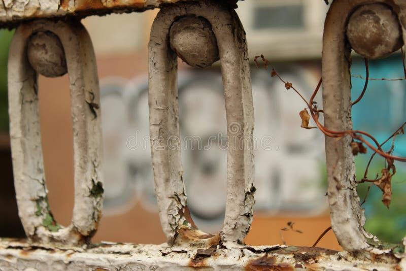 Ciudad Sofia Bulgaria del fondo de Rusty Old Fence Fragment Foreground y de la pared de la pintada imagen de archivo libre de regalías
