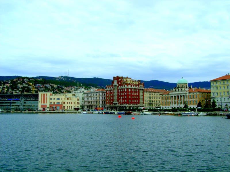Ciudad Trieste de la costa foto de archivo