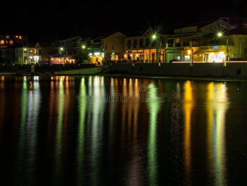Ciudad turística griega en la noche en la isla de Kefalonia en el mar jónico en Grecia imágenes de archivo libres de regalías