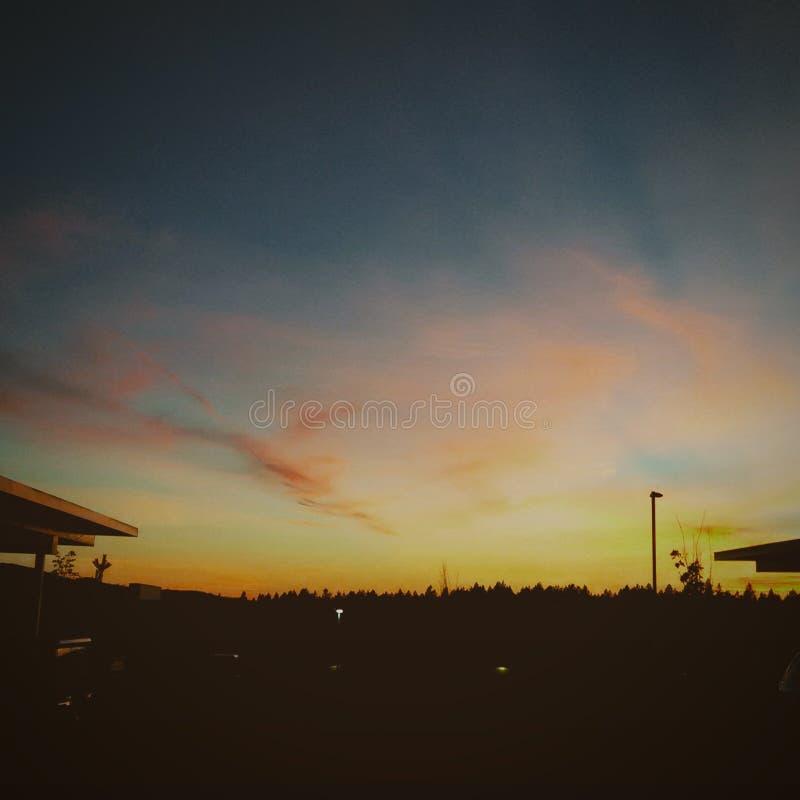 Ciudad urbana de los árboles de la puesta del sol del cielo imagen de archivo libre de regalías