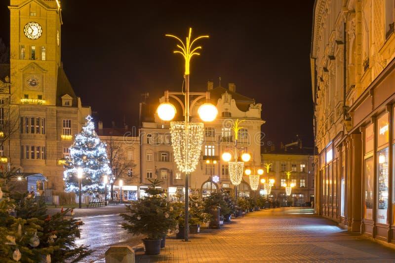 Ciudad vacía de la Navidad con las decoraciones y luces y el árbol Ningún invierno de la nieve, Prostejov, República Checa fotos de archivo