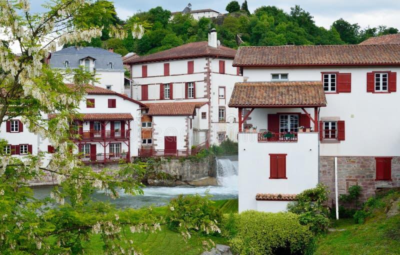 Ciudad vasca en los Pirineos franceses imágenes de archivo libres de regalías