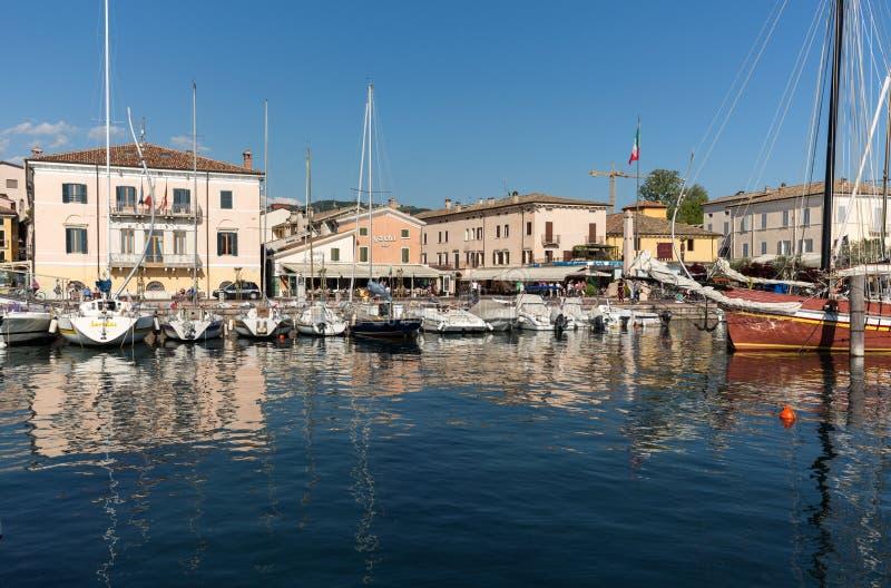 Ciudad vieja atractiva de Bardolino en la orilla de Veronese del lago Garda foto de archivo