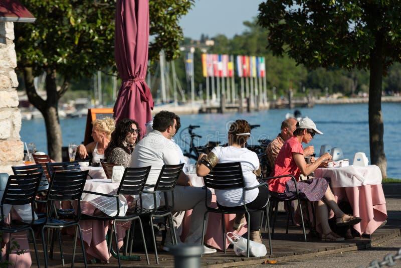 Ciudad vieja atractiva de Bardolino en la orilla de Veronese del lago Garda fotografía de archivo