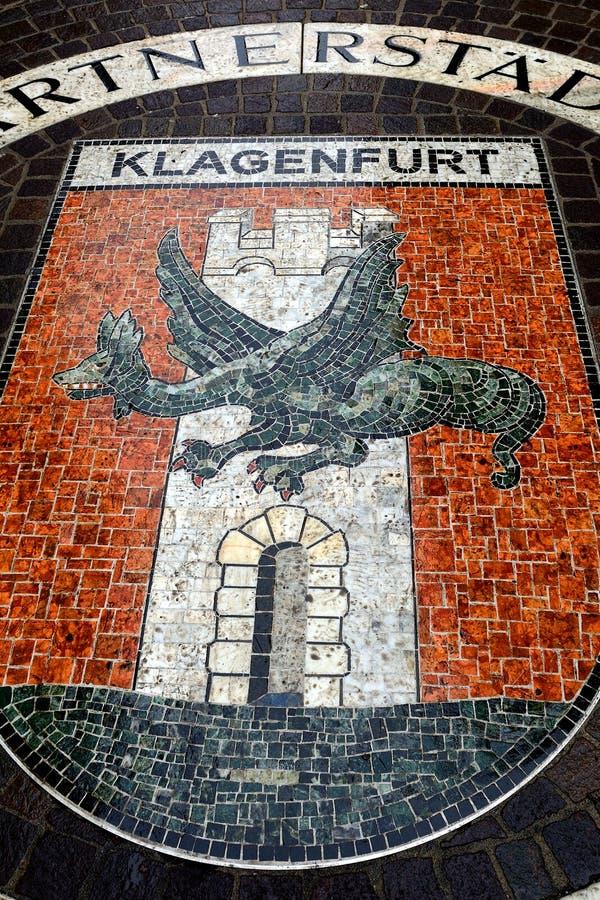 Ciudad vieja con el escudo de armas, Klagenfurt, Austria imágenes de archivo libres de regalías