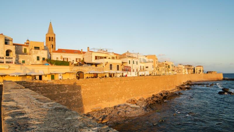 Ciudad vieja de Alghero, isla de Cerdeña en la puesta del sol imagen de archivo libre de regalías
