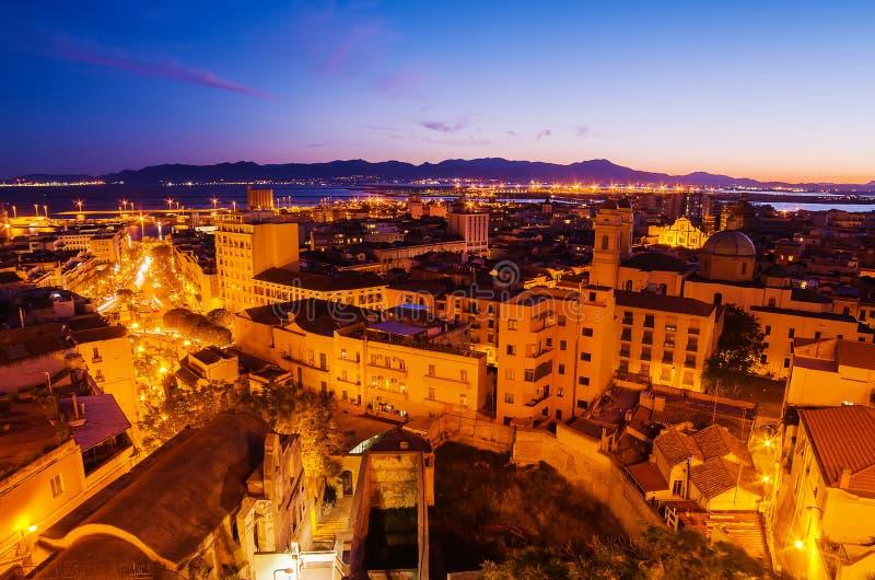 Ciudad vieja de Cagliari (capital de Cerdeña, de Italia) en la puesta del sol fotos de archivo