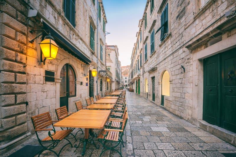 Ciudad vieja de Dubrovnik, calle estrecha acogedora de la ciudad medieval, paisaje urbano, Croacia fotos de archivo libres de regalías
