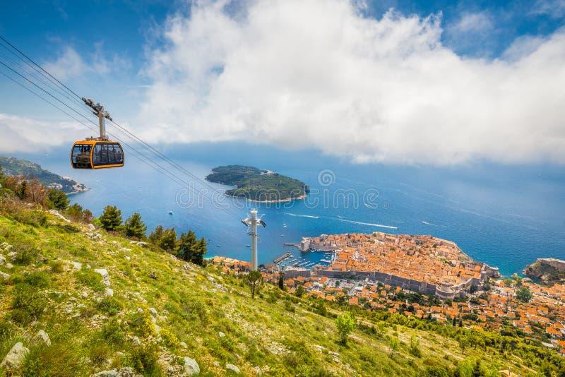 Ciudad vieja de Dubrovnik con la montaña ascendente de Srd del teleférico, Dalmacia, Croacia imagenes de archivo