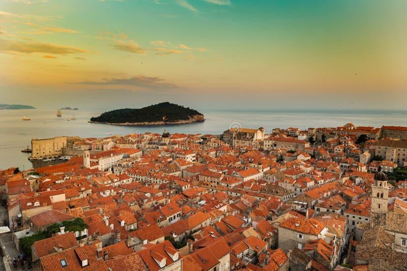 Ciudad vieja de Dubrovnik en Croacia en la puesta del sol foto de archivo