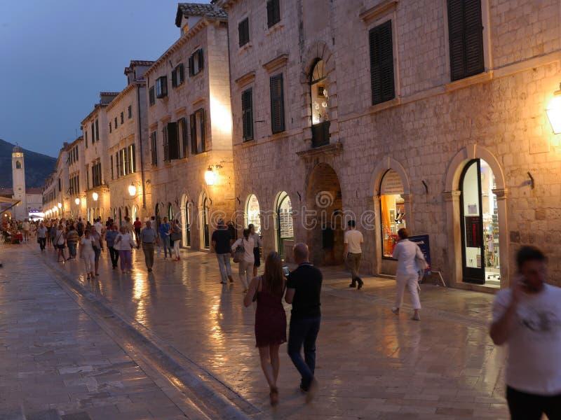 Ciudad vieja de Dubrovnik en la calle principal de la noche con el pavimento de piedra imagen de archivo libre de regalías