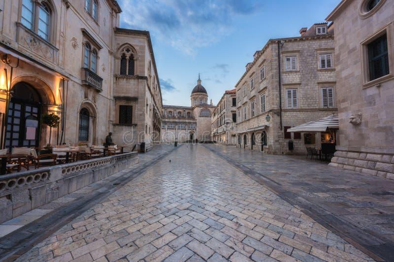 Ciudad vieja de Dubrovnik, vista que sorprende de la arquitectura medieval a lo largo de la calle de piedra, ruta turística en el foto de archivo