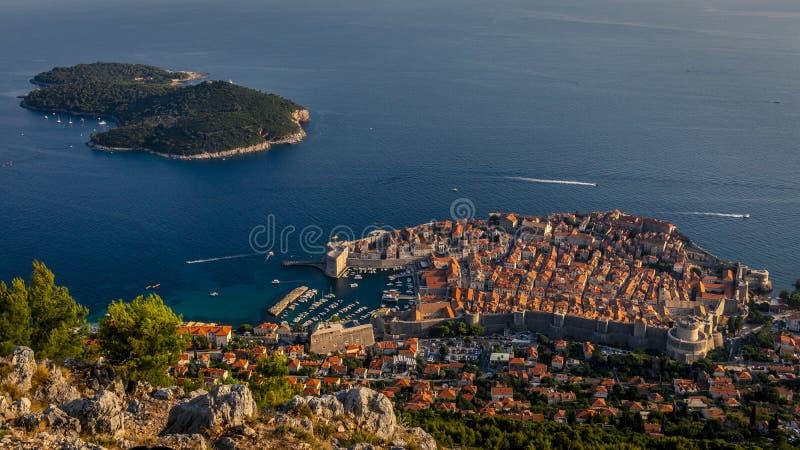 Ciudad vieja de Dubrovnik y de la isla de Lokrum fotografía de archivo