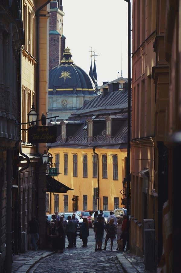 Ciudad vieja de Estocolmo en Gamla Stan con los edificios históricos a lo largo de la calle estrecha del adoquín imágenes de archivo libres de regalías