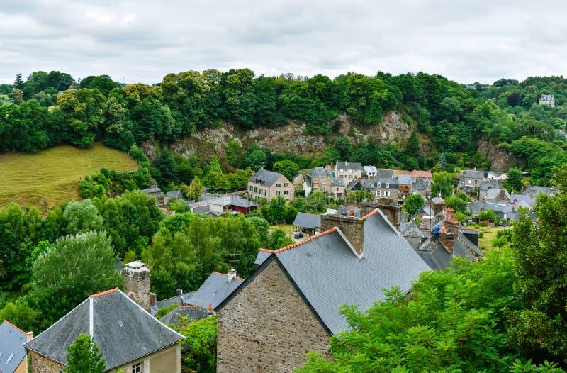 Ciudad vieja de Fougeres que hace turismo Pueblo francés de Bretaña foto de archivo
