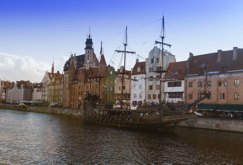 2016-07-20, ciudad vieja de Gdansk, Polonia, tarde hermosa, vista a la ciudad vieja, viejo fondo de la ciudad de Gdansk, barco cl imagen de archivo