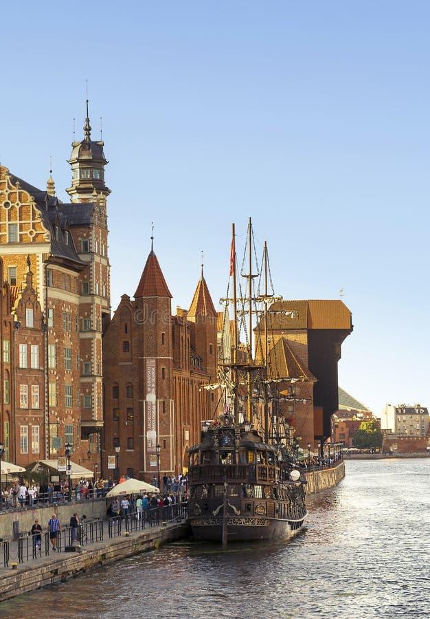 2016-07-20, ciudad vieja de Gdansk, Polonia, tarde hermosa, vista a la ciudad vieja, viejo fondo de la ciudad de Gdansk, barco cl imagen de archivo libre de regalías