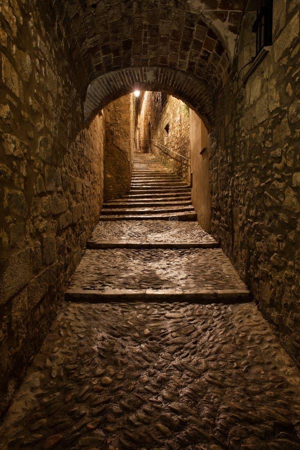 Ciudad vieja de Girona por noche imágenes de archivo libres de regalías