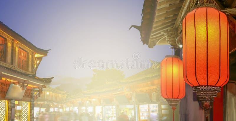 Ciudad vieja de Lijiang por la tarde con el turista cantado imagenes de archivo