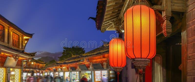 Ciudad vieja de Lijiang por la tarde con el turista cantado, China fotografía de archivo