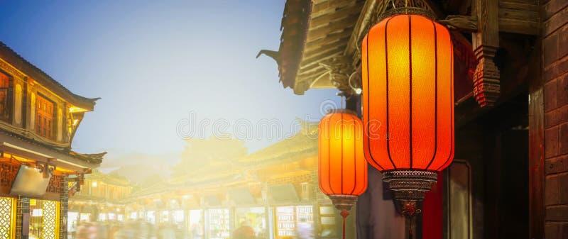 Ciudad vieja de Lijiang por la tarde con el turista cantado, China foto de archivo