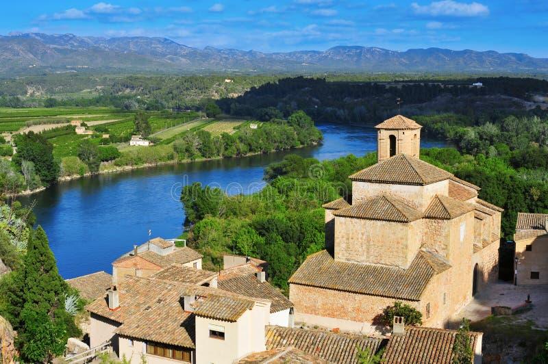 Ciudad vieja de Miravet, de España, y del río Ebro imagen de archivo