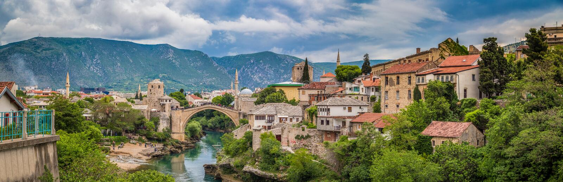 Ciudad vieja de Mostar con el puente viejo famoso Stari más, Bosnia a foto de archivo