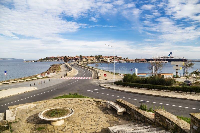 Ciudad vieja de Nessebar y del buque de pasajeros en el puerto imágenes de archivo libres de regalías