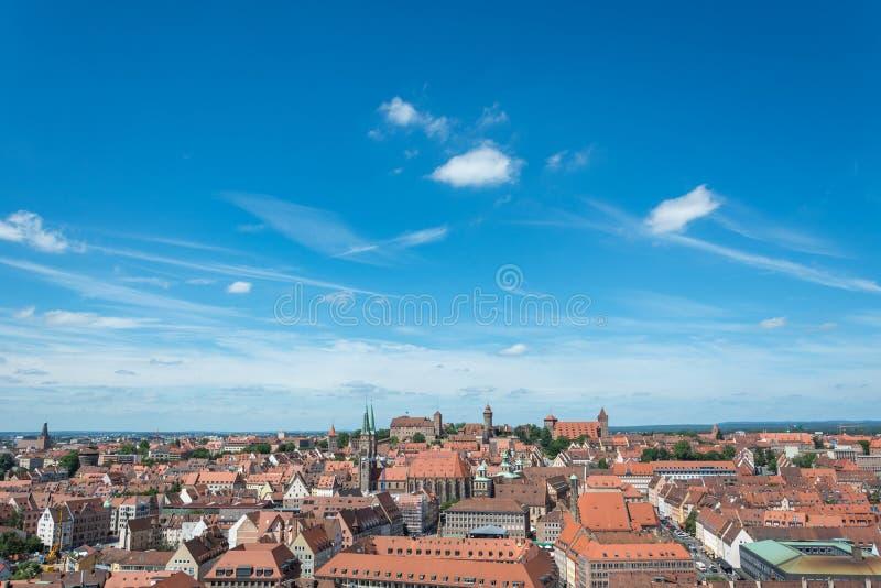 Ciudad vieja de Nuremberg con el castillo visto de iglesia del St Lorenz imagen de archivo