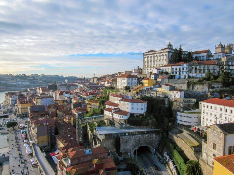 Ciudad vieja de Oporto, Portugal en el río del Duero Opinión del panorama de Oporto foto de archivo