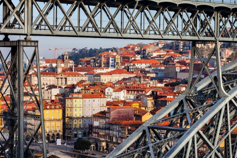 Ciudad vieja de Oporto a través del puente de Dom Luis I imágenes de archivo libres de regalías